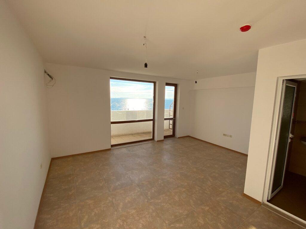 Продава: Апартамент на първа линия с една спалня в Елените.