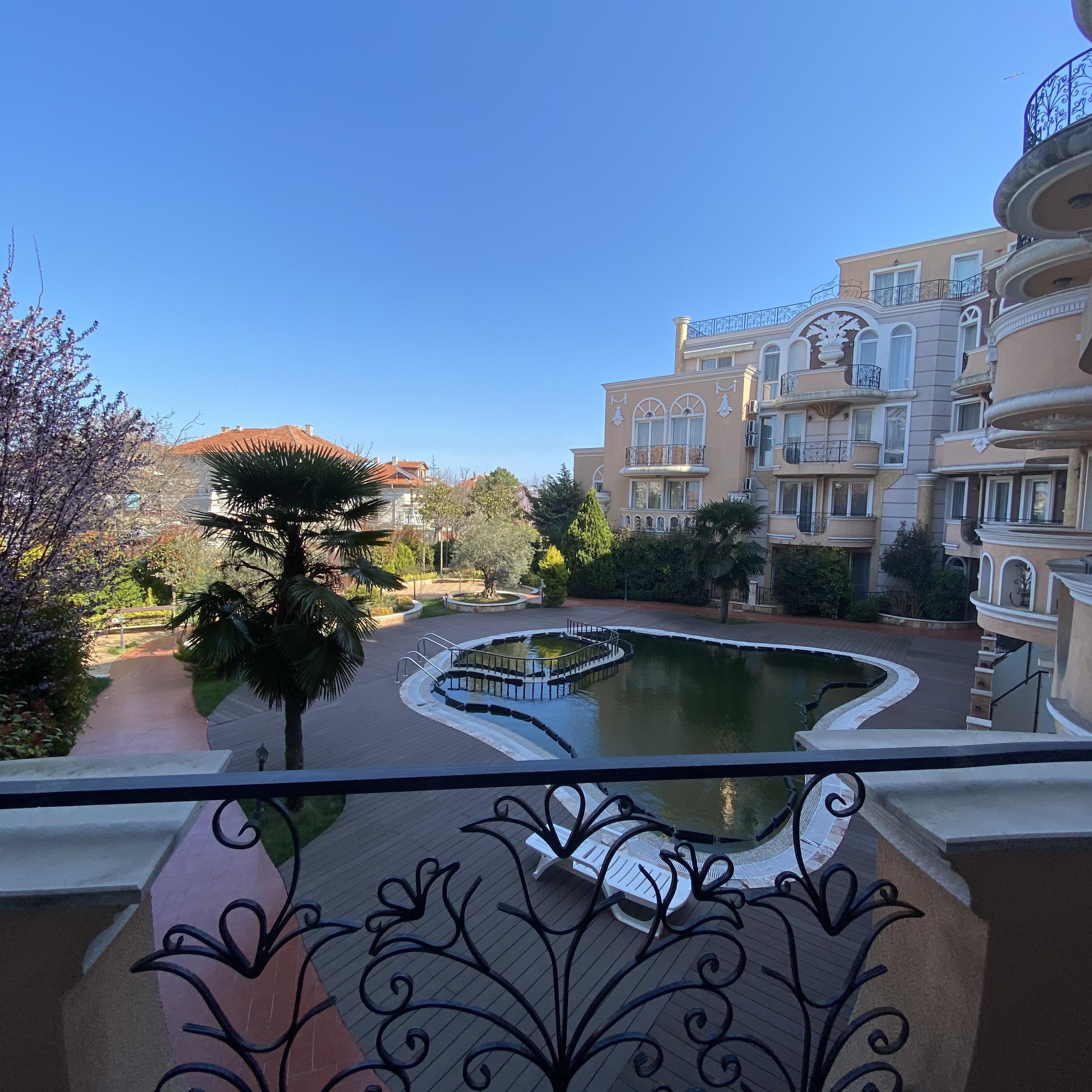 Продава: Апартамент с една спалня и гледка към градината и басейна в Равда.